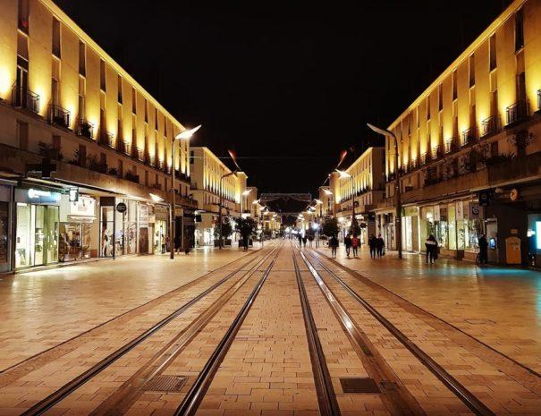 Tram rue national Tours dans la nuit
