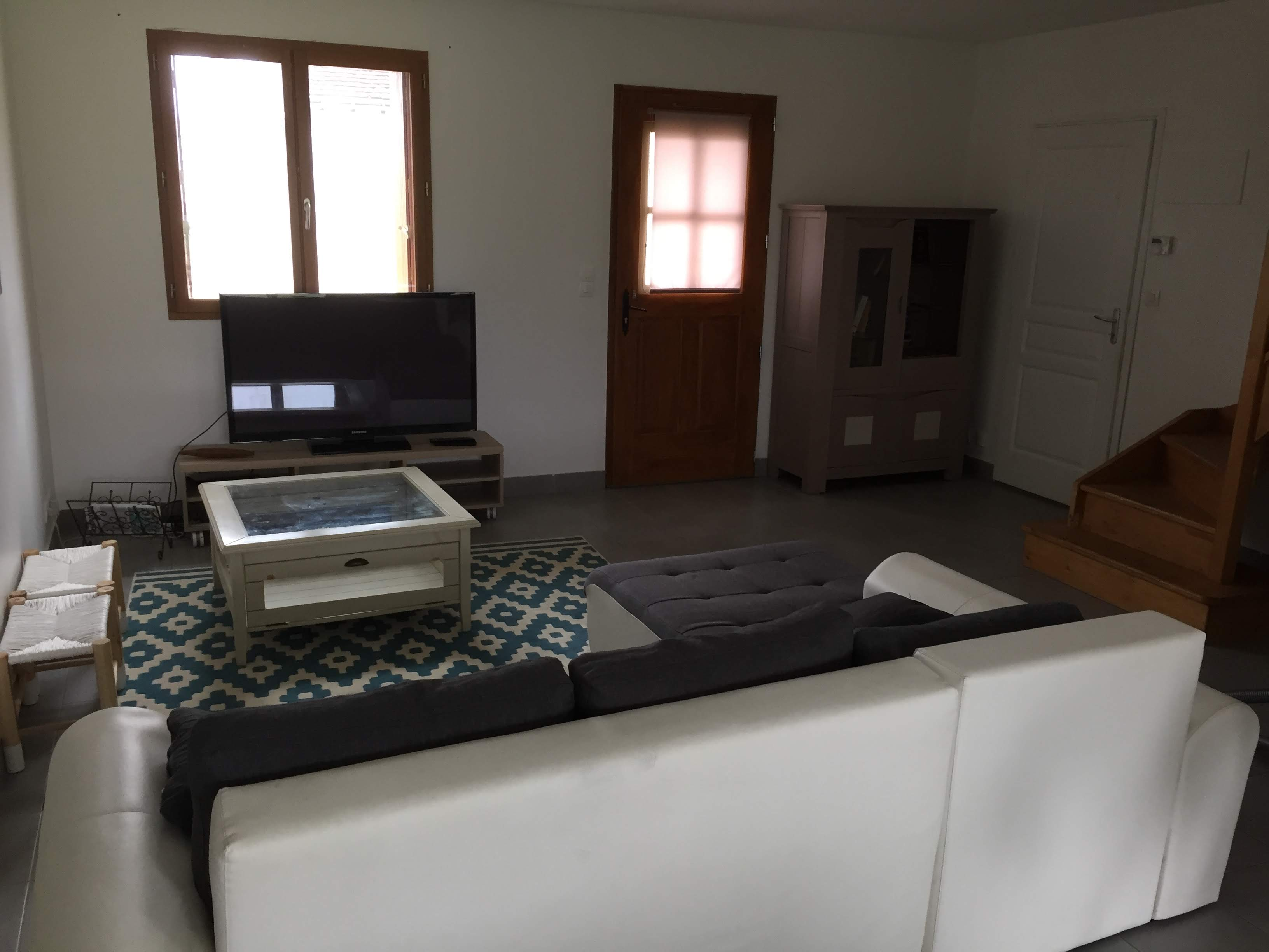 TV écran plat avec meuble livre et jeux